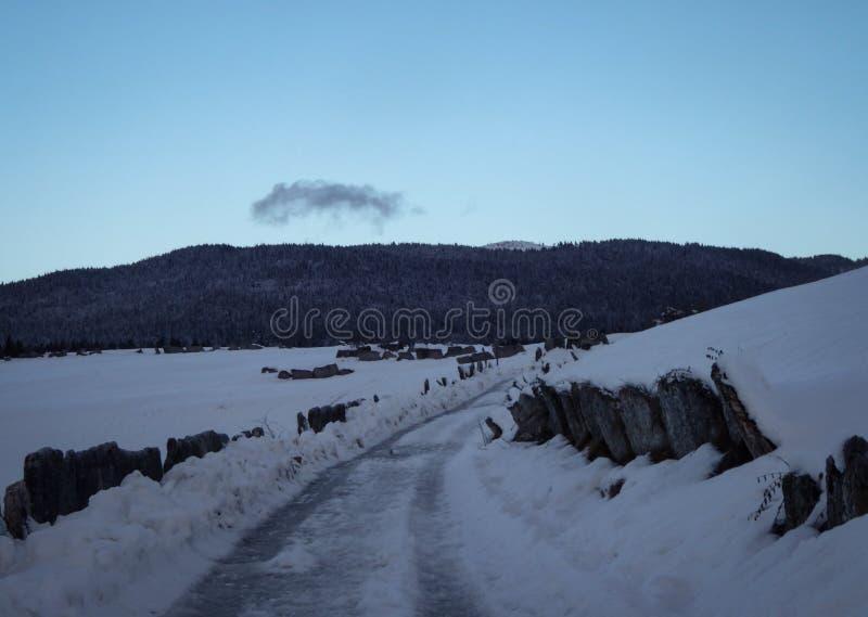 Δρόμος και χιόνι στοκ φωτογραφία με δικαίωμα ελεύθερης χρήσης