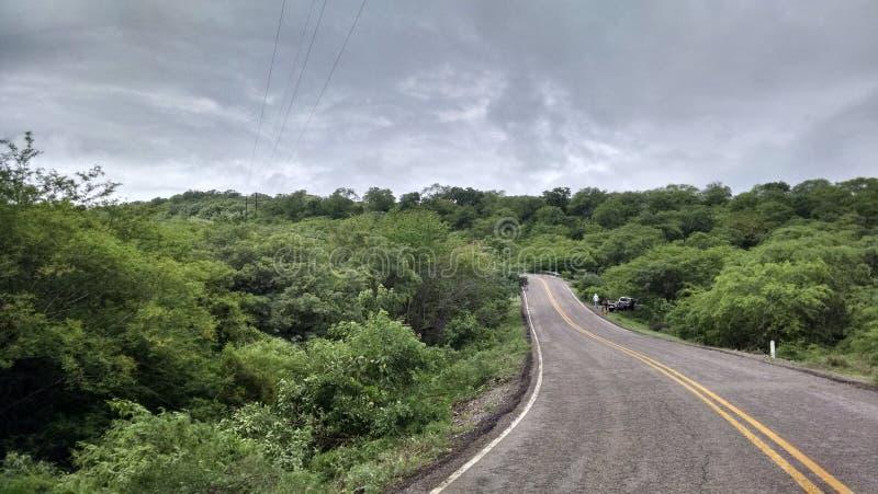 Δρόμος μεταξύ των βουνών στοκ φωτογραφίες