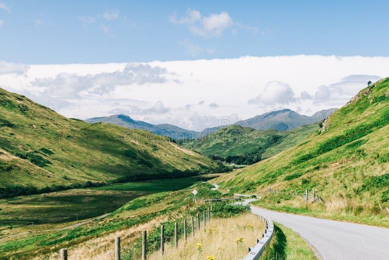 Δρόμος με καμπύλες μεταξύ βουνών στοκ φωτογραφία με δικαίωμα ελεύθερης χρήσης