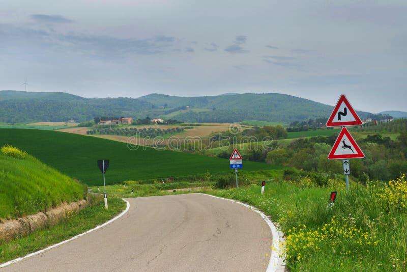 Δρόμος με πολλ'ες στροφές σε Tuscana, Ιταλία στοκ εικόνα με δικαίωμα ελεύθερης χρήσης