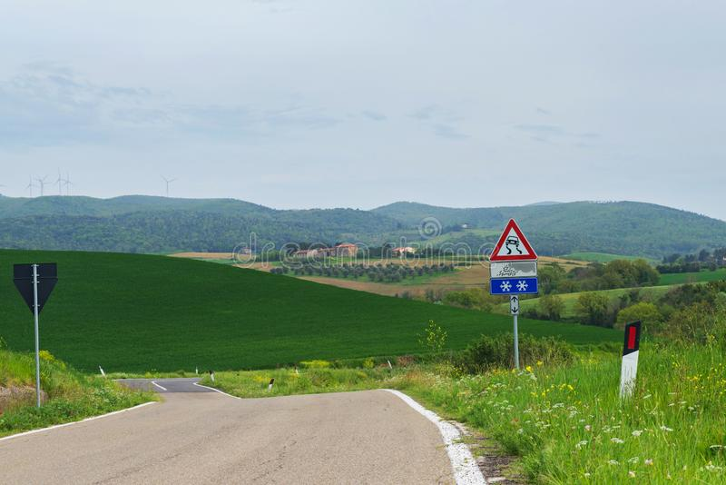 Δρόμος με πολλ'ες στροφές σε Tuscana, Ιταλία στοκ εικόνα