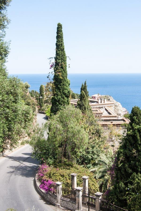 Δρόμος με πολλ'ες στροφές στην παλαιά πόλη Taormina στη Σικελία, Ιταλία στοκ φωτογραφίες με δικαίωμα ελεύθερης χρήσης