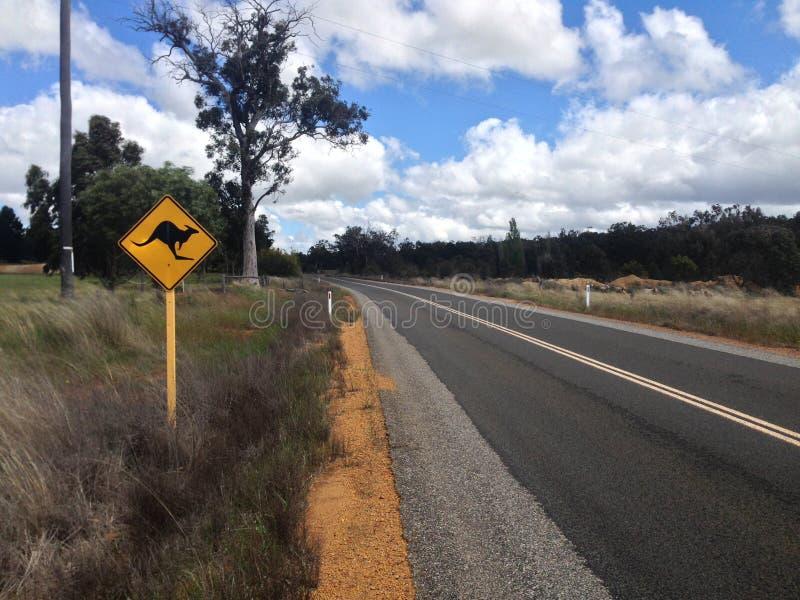Δρόμος με το σημάδι καγκουρό στην Αυστραλία στοκ φωτογραφία με δικαίωμα ελεύθερης χρήσης