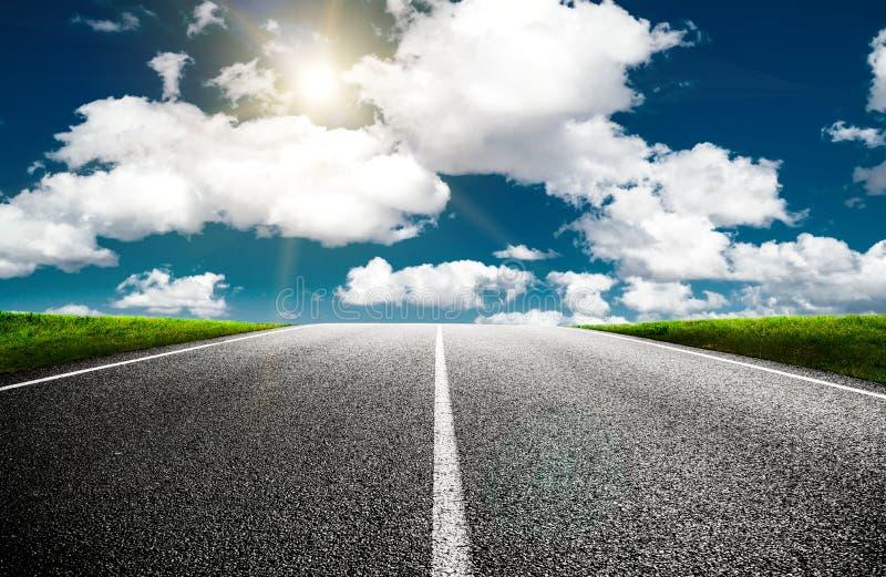 Δρόμος μια ηλιόλουστη θερινή ημέρα στοκ εικόνα