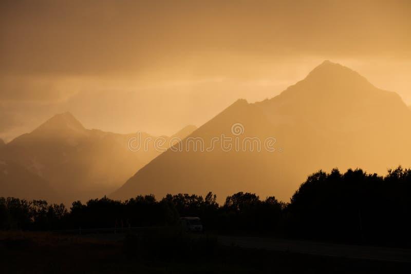 δρόμος νύχτας βουνών τοπίων στοκ φωτογραφία