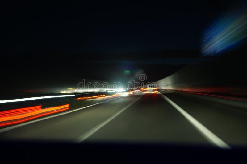 Δρόμος νύχτας με την επίδραση θαμπάδων στοκ εικόνες