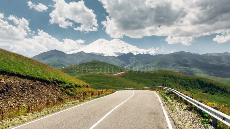 Δρόμος πανοράματος που οδηγεί να τοποθετηθεί Elbrus το καλοκαίρι Βόρειος Καύκασος, στοκ εικόνα