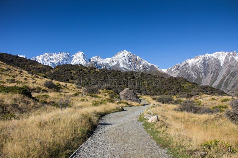 Δρόμος πανοράματος στο βουνό χιονιού το χειμώνα στοκ εικόνα με δικαίωμα ελεύθερης χρήσης