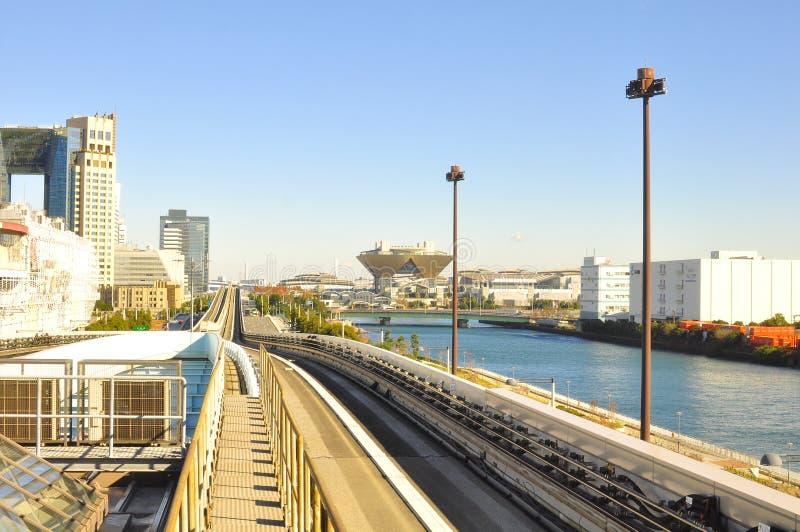 Δρόμος ραγών Yurikamome που συνδέει την ηπειρωτική χώρα Τόκιο με το νησί Odaiba μέσω της γέφυρας ουράνιων τόξων στοκ φωτογραφίες