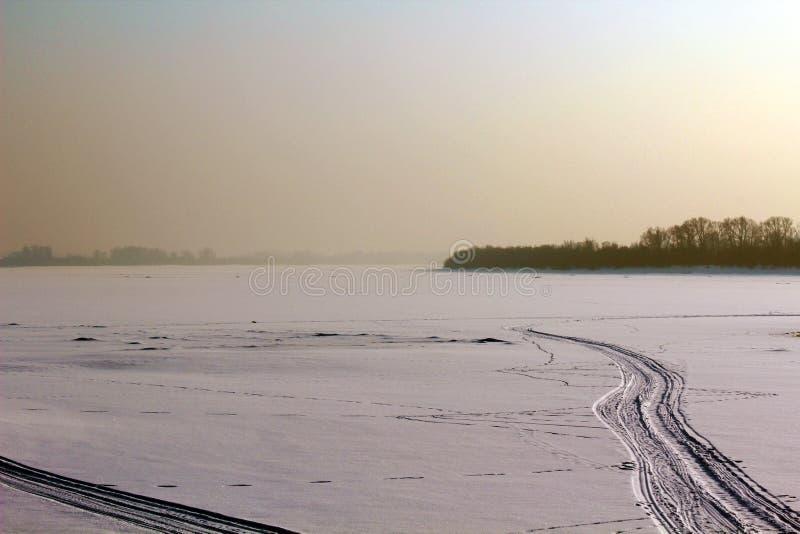 Δρόμος σε έναν παγωμένο ποταμό στοκ φωτογραφίες με δικαίωμα ελεύθερης χρήσης