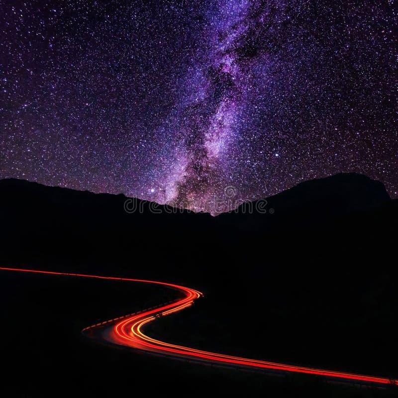 Δρόμος στα βουνά κάτω από το γαλακτώδη τρόπο στοκ φωτογραφίες με δικαίωμα ελεύθερης χρήσης