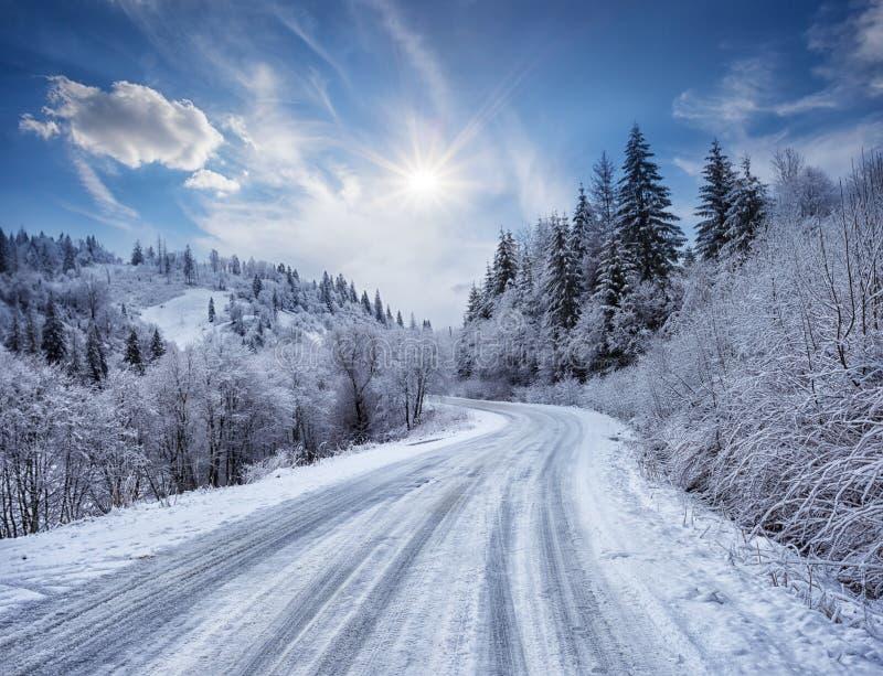 Δρόμος στα βουνά που καλύπτονται με το χιόνι στοκ φωτογραφίες με δικαίωμα ελεύθερης χρήσης