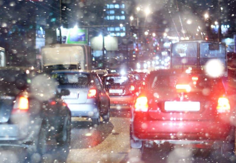 Δρόμος στη χειμερινή νύχτα, μποτιλιαρίσματα, πόλη χιονιού στοκ φωτογραφία