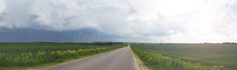 Δρόμος στον τομέα, θυελλώδης ουρανός στοκ εικόνες με δικαίωμα ελεύθερης χρήσης