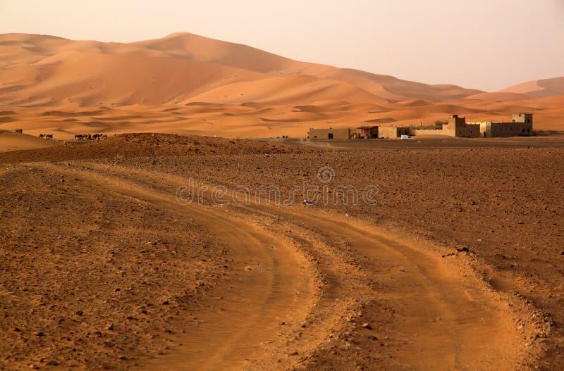 Δρόμος στους αμμόλοφους στοκ φωτογραφίες με δικαίωμα ελεύθερης χρήσης