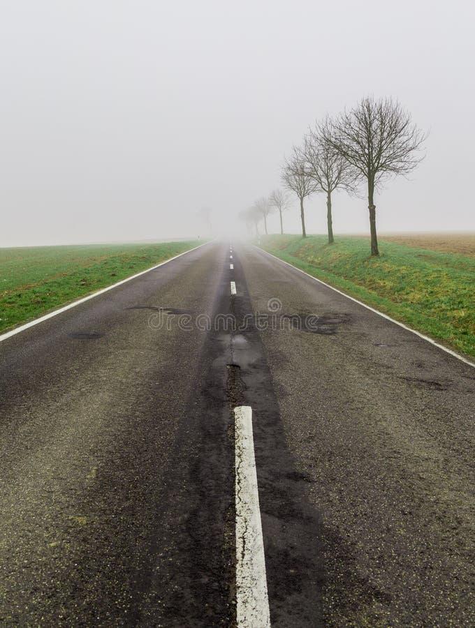 Δρόμος στους μολύβδους ομίχλης σε τίποτα στοκ εικόνα