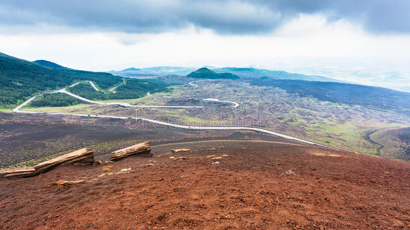 Δρόμος στους παγωμένους τομείς λάβας στο υποστήριγμα Etna στοκ εικόνες με δικαίωμα ελεύθερης χρήσης
