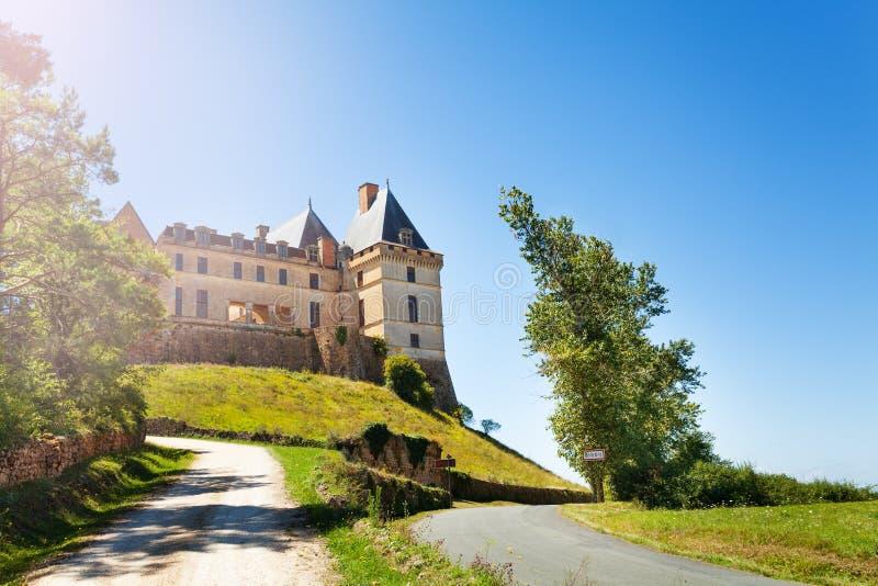 Δρόμος στο κάστρο de Biron πύργων στη Γαλλία στοκ εικόνες
