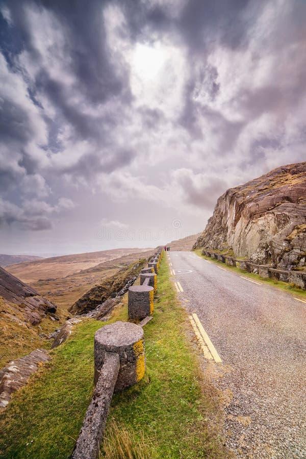 Δρόμος στο πέρασμα Healy μια νεφελώδη ημέρα άνοιξη στοκ φωτογραφίες