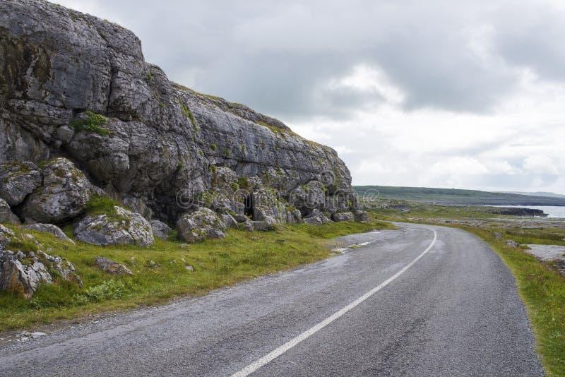 Δρόμος στο τοπίο απότομων βράχων Ιρλανδία στοκ εικόνες με δικαίωμα ελεύθερης χρήσης