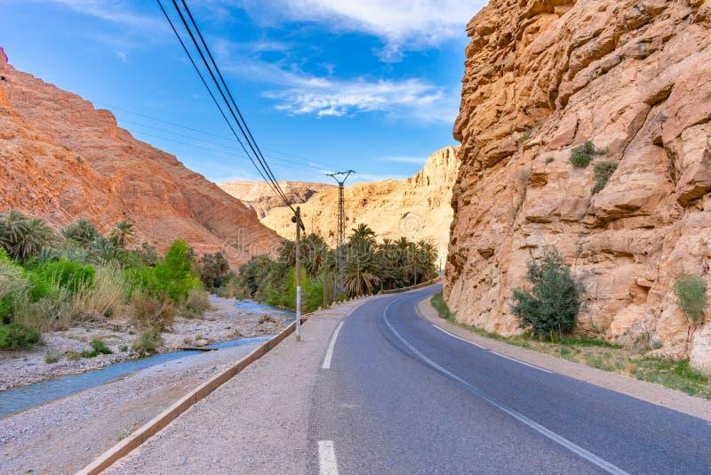 Δρόμος στο φαράγγι Todra στο Μαρόκο στοκ φωτογραφία