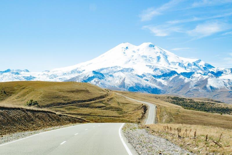 Δρόμος στο φθινόπωρο Elbrus βουνών στοκ εικόνα με δικαίωμα ελεύθερης χρήσης