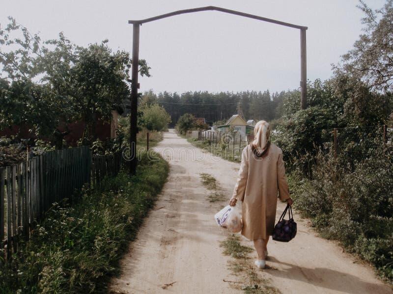 δρόμος στο χωριό στοκ εικόνα με δικαίωμα ελεύθερης χρήσης