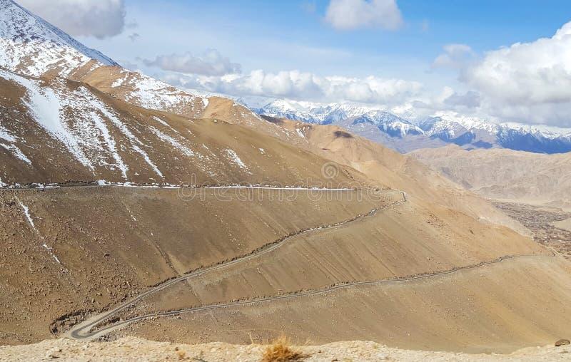 Δρόμος τρεκλίσματος στο βουνό στον τρόπο στη λίμνη Pangong, παλληκάρι Leh στοκ εικόνες