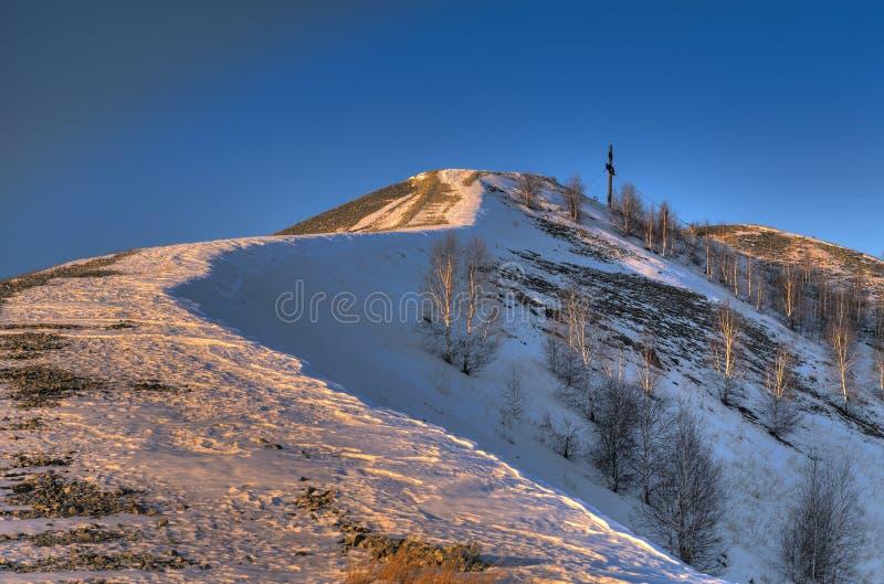 Δρόμος χιονιού βραδιού στο σταυρό λατρείας στοκ φωτογραφίες με δικαίωμα ελεύθερης χρήσης