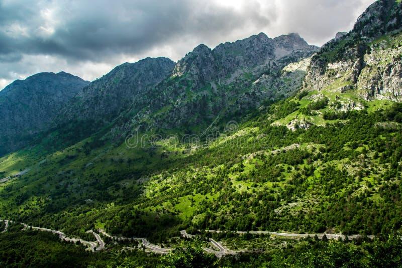 Δρόμος ως φίδι κάτω από το βουνό στοκ φωτογραφία με δικαίωμα ελεύθερης χρήσης