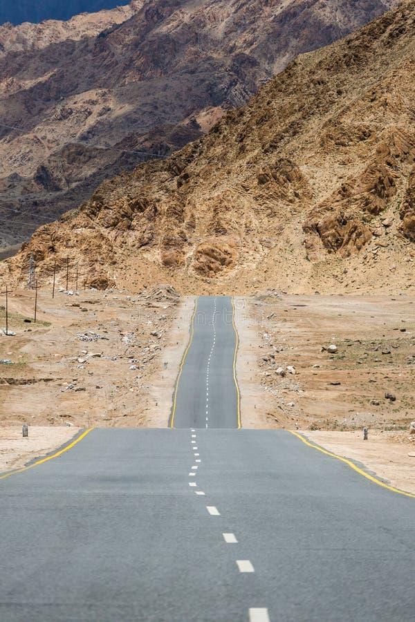Δρόμος Emty που εξαφανίζεται στα βουνά των Ιμαλαίων σε Ladakh, βόρεια Ινδία στοκ εικόνα με δικαίωμα ελεύθερης χρήσης