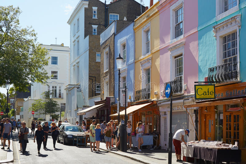 Δρόμος Portobello με τα ζωηρόχρωμους σπίτια και τους ανθρώπους στο Λονδίνο στοκ φωτογραφία