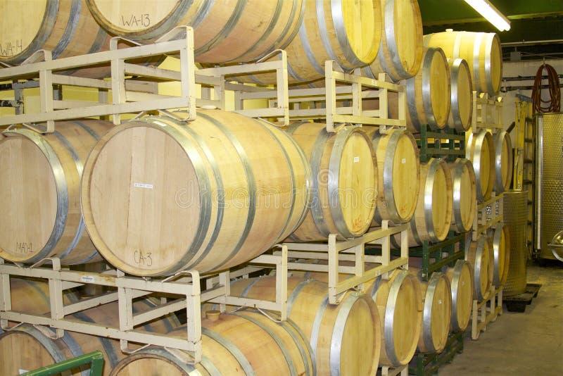 Δρύινα βαρέλια κρασιού σε ένα ράφι στοκ εικόνες