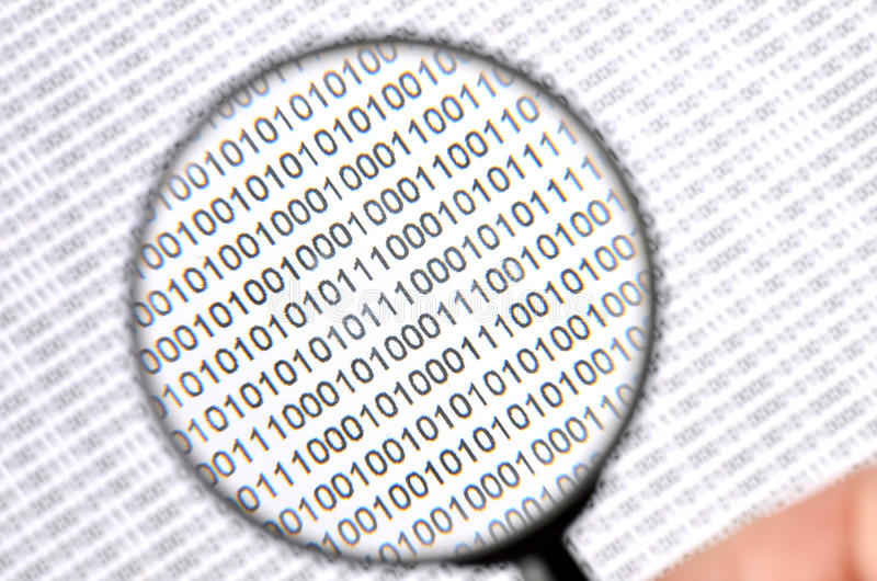Δυαδικός κώδικας και πιό magnifier στοκ εικόνες με δικαίωμα ελεύθερης χρήσης