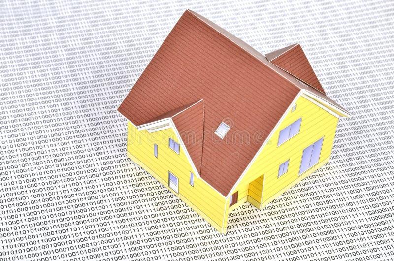 Δυαδικός κώδικας και πρότυπο σπίτι στοκ εικόνα