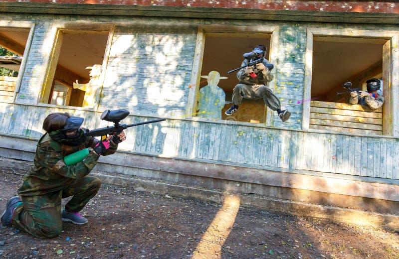 Δυναμική μάχη paintball τριών φορέων υπαίθρια στοκ εικόνες
