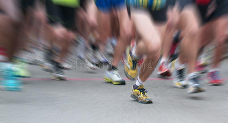 Δυναμική όψη του δρομέα ποδιών στην έναρξη στοκ εικόνα