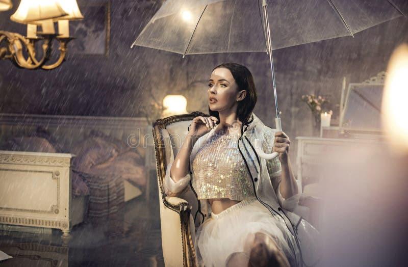 Δυνατή βροχή στην κρεβατοκάμαρα του πολυτελούς ξενοδοχείου στοκ φωτογραφία