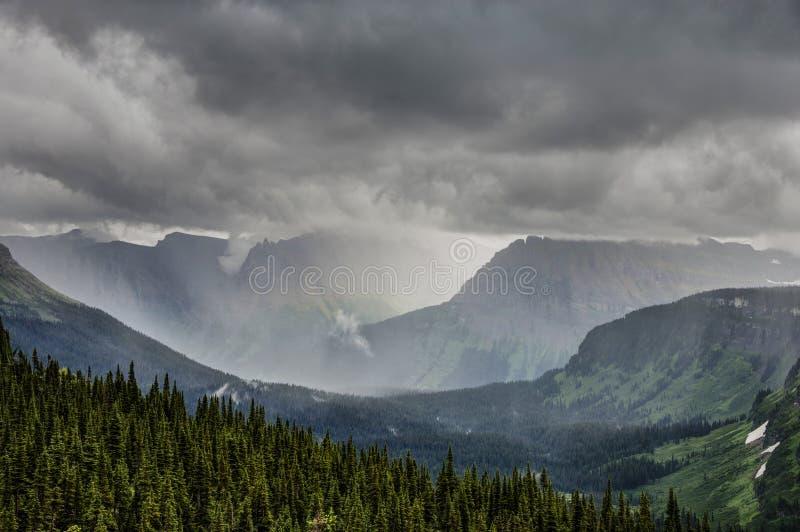 Δυνατή βροχή στο πέρασμα του Logan, εθνικό πάρκο παγετώνων στοκ φωτογραφία με δικαίωμα ελεύθερης χρήσης