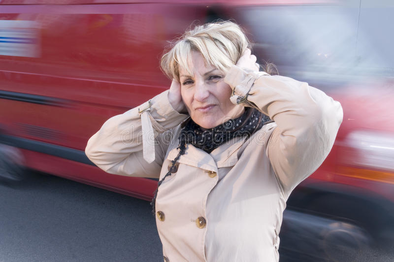 δυνατή γυναίκα κυκλοφ&omicron στοκ εικόνα με δικαίωμα ελεύθερης χρήσης