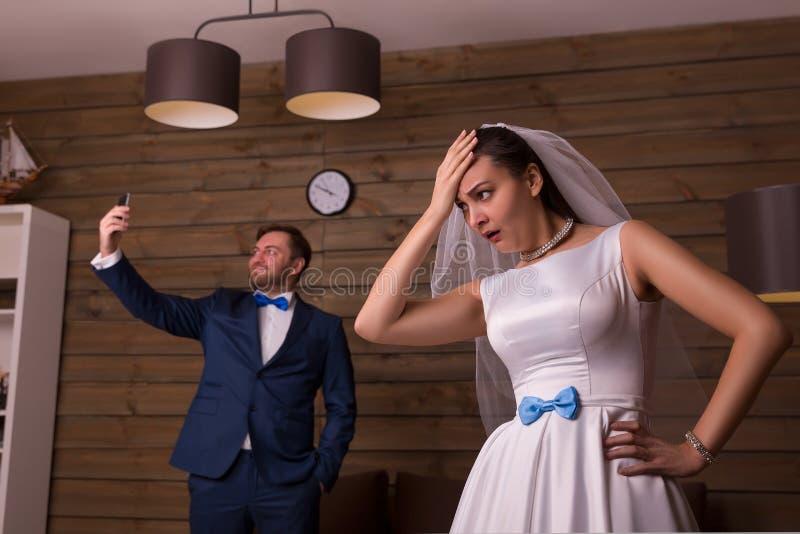 Δυσαρεστημένοι νύφη και νεόνυμφος που κάνουν selfie στοκ φωτογραφίες με δικαίωμα ελεύθερης χρήσης