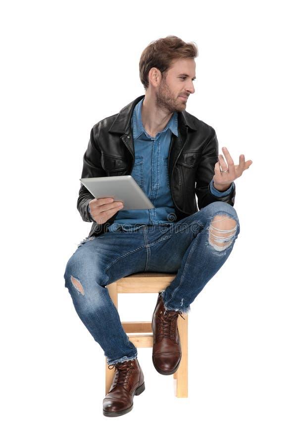 Δυσαρεστημένος όρθιος άνδρας με tablet στραμμένο στο πλάι στοκ φωτογραφίες με δικαίωμα ελεύθερης χρήσης