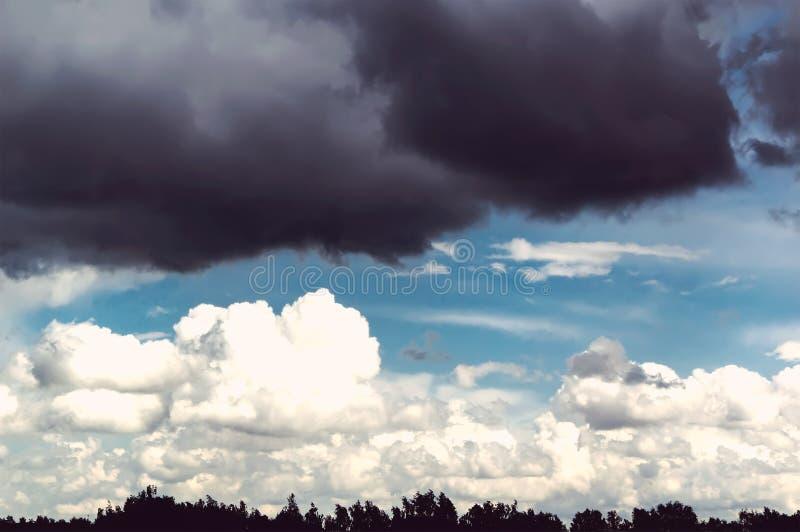 Δυσοίωνος ουρανός με το μαύρο σύννεφο και τα άσπρα σύννεφα στοκ φωτογραφίες