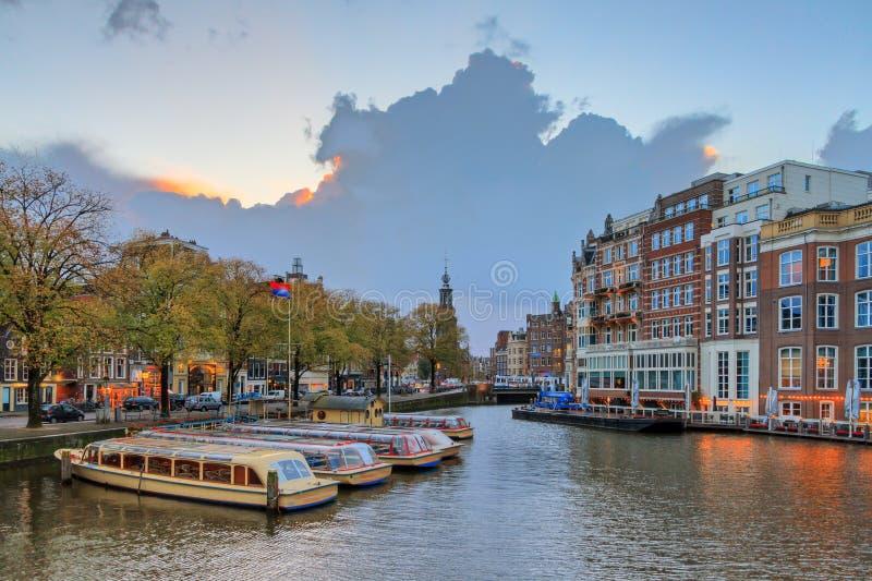 Δυσοίωνος ουρανός στον ποταμό Amstel στοκ εικόνα