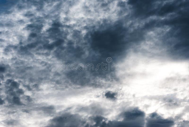Δυσοίωνος ουρανός των σκοτεινών γκρίζων και άσπρων σύννεφων βροχής στοκ εικόνα με δικαίωμα ελεύθερης χρήσης