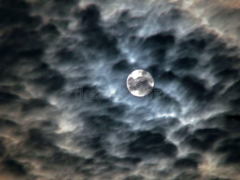 δυσοίωνος ουρανός φεγγαριών σύννεφων στοκ φωτογραφία με δικαίωμα ελεύθερης χρήσης