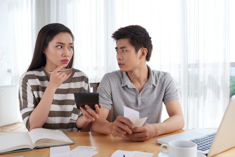 Δυστυχισμένες νέες δαπάνες οικογενειακού υπολογισμού στοκ φωτογραφία με δικαίωμα ελεύθερης χρήσης