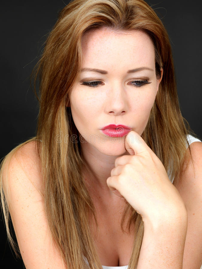 Δυστυχισμένη ανησυχημένη στοχαστική νέα γυναίκα στοκ φωτογραφία