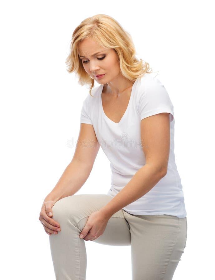 Δυστυχισμένη γυναίκα που πάσχει από τον πόνο στο πόδι στο σπίτι στοκ εικόνες με δικαίωμα ελεύθερης χρήσης