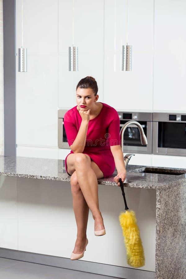 Δυστυχισμένη νοικοκυρά στην κουζίνα στοκ εικόνες